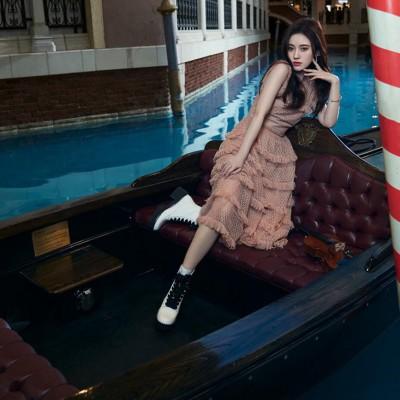 鞠婧祎穿着STELLA LUNA马丁靴出镜《时尚健康》风格反转绽放别样魅力